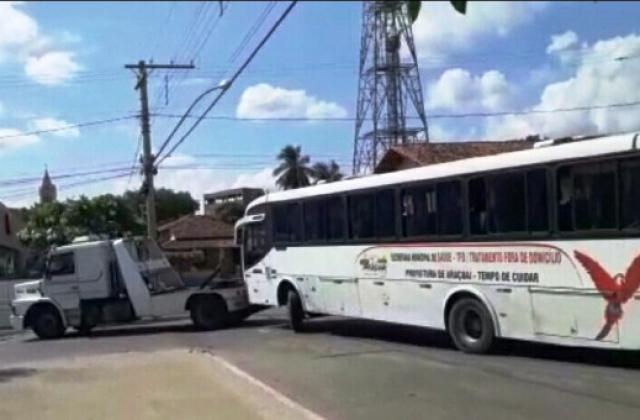 Ônibus da prefeitura de Araçuai que transporta pacientes, quebra de novo